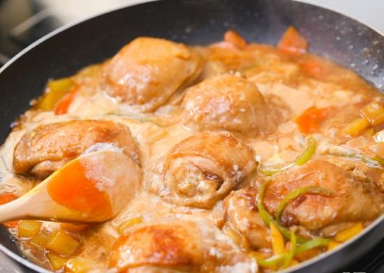 Đun đến khi nước hầm gà trở nên đặc sền sệt thì  tắt bếp