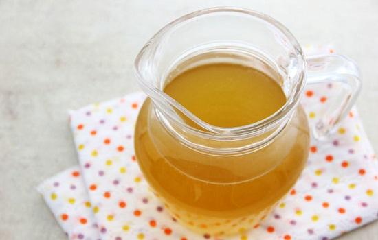 Đổ nước trà vào bình thủy tinh