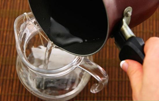 Cho túi trà vào bình thủy tinh thêm nước sôi