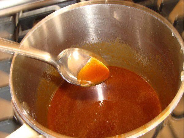Thắng 2 thìa đường với dầu ăn cho vàng