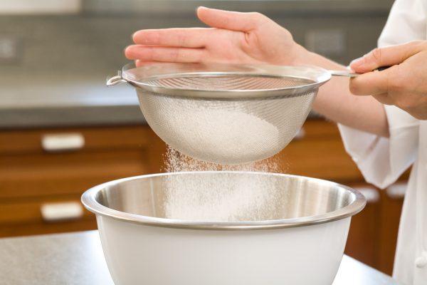 Rây bột mỳ vào hỗn hợp làm bánh
