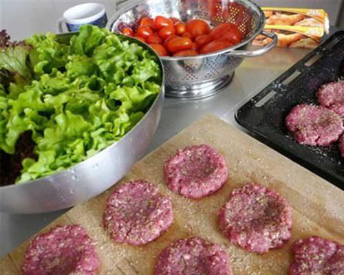 Nặn thịt bò thành những miếng tròn dẹt