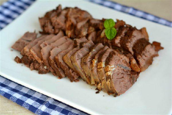 Thái thịt thành miếng nhỏ vừa ăn