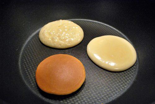 Rán đều 2 mặt bánh cho đến khi có màu vàng nâu