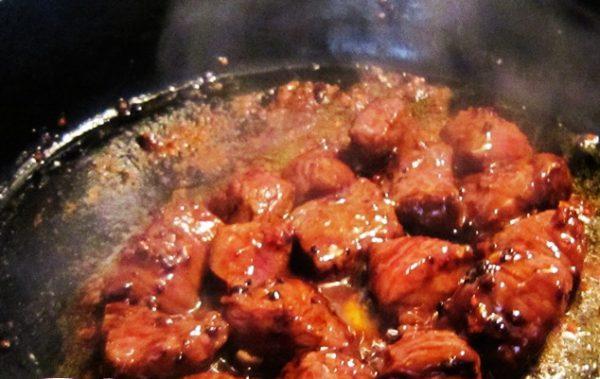 Cho thịt bò vào chảo xào nhanh tay