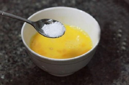 Cho một ít muối vào trứng và khuấy tan