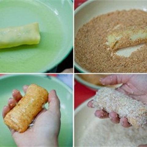 Nhúng các cuộn chả giò vào trứng rồi lăn qua bột chiên xù