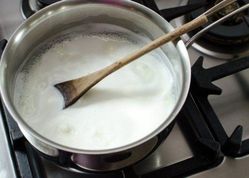 Cho sữa vào đun