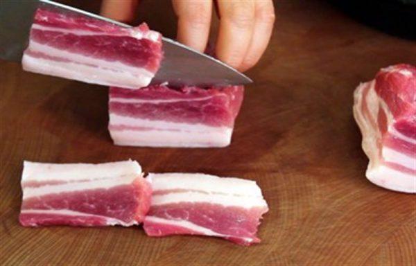 Thịt ba rọi thái miếng rồi bằm nhuyễn