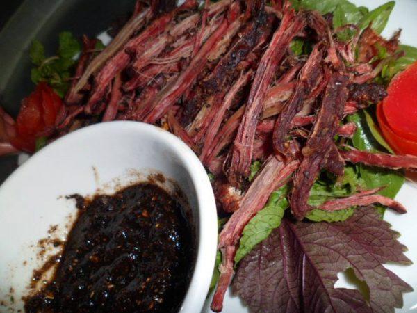 Thưởng thức món thịt trâu gác bếp