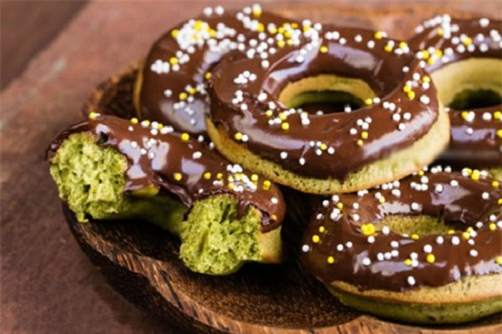 Bánh Donut trà xanh bọc sôcôla độc đáo mà ngon tuyệt