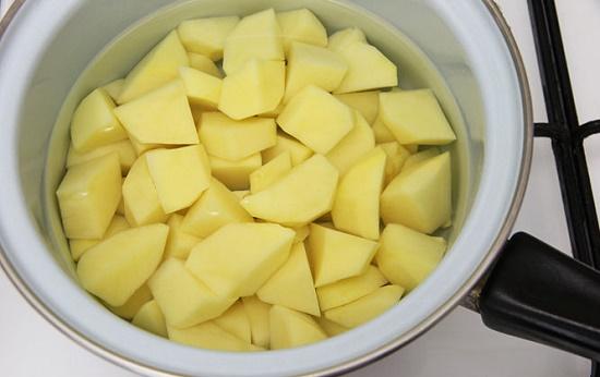 Cho khoai tây vào nồi luộc