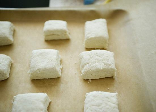 Dùng gậy cán bột rồi cắt thành miếng vuông vừa ăn