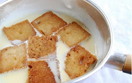 Cho những miếng bánh mì chiên vào nồi sữa