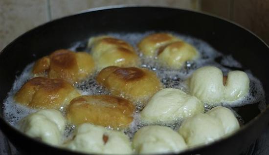 Chiên bánh trong chảo dầu
