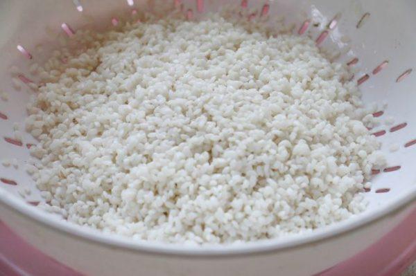 Gạo nếp vo đãi sạch, để ráo nước