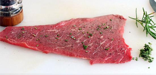 Chà dầu ô liu lên 2 mặt của miếng thịt bò