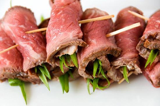 Cuộn các nguyên liệu vào thịt bò