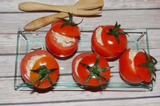 Lấy thìa múc bỏ vào ruột cà chua cho đầy