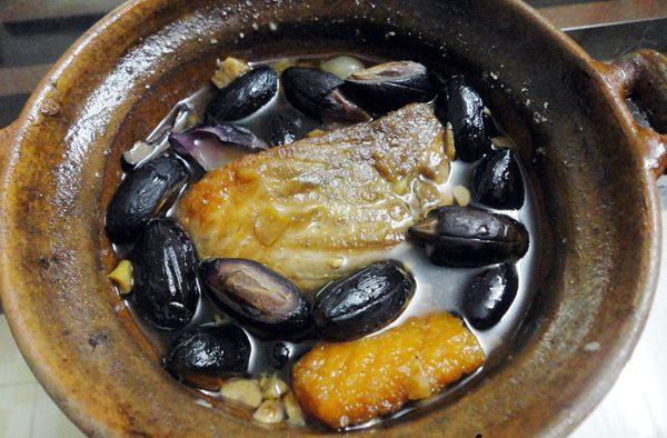 Cho cá và trám vào nồi kho