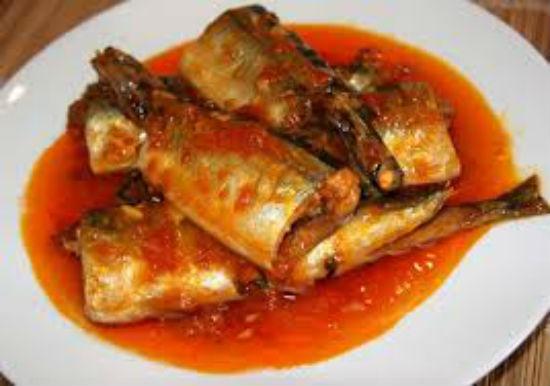 Cho cá ra đĩa và ăn kèm với cơm