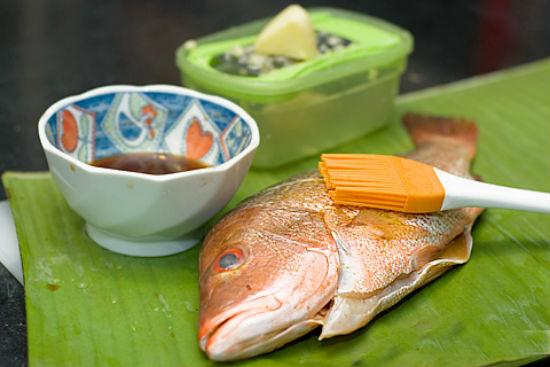 Ướp cá với gia vị cho thấm