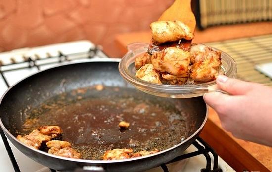 Chiên thịt gà xong vớt ra đĩa cho ráo dầu