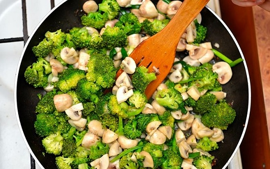 Cho các loại rau củ vào xào