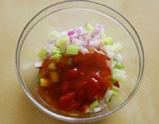 Cho hành tây, ớt, cần tây, tỏi, tương ớt Thái và muối vào trộn đều
