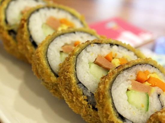 Cắt sushi thành miếng vừa ăn