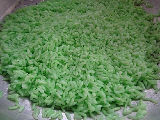 Gạo nếp vo sạch, ngâm với nước lá dứa