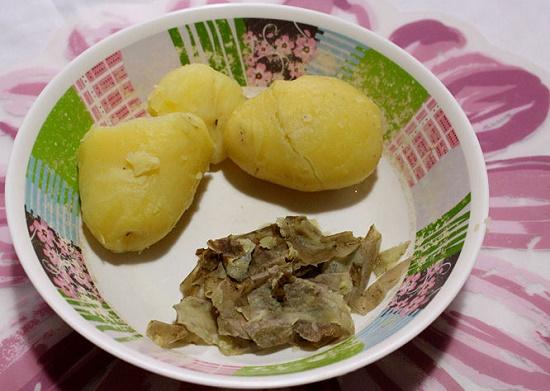 Khoai tây luộc chín bóc bỏ vỏ