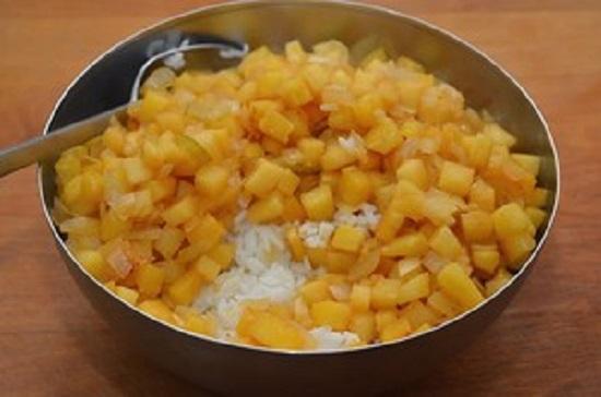 Cho cơm vào chảo đun dứa, trộn đều cơm lên