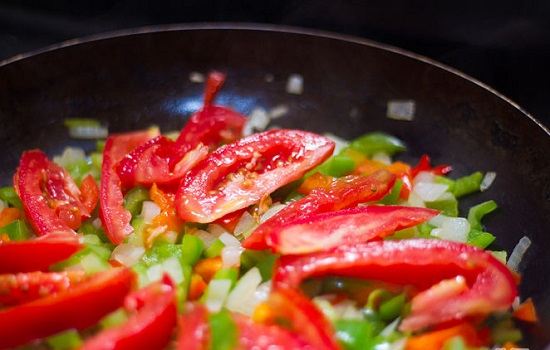 Cho thêm cà chua vào chảo