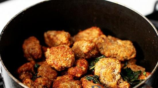 Cho lá húng quế vào xào rồi cho gà vào trộn đều
