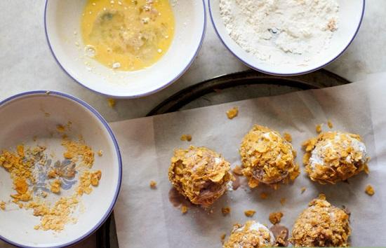 Lấy một viên kem lăn vào bát bột, bát trứng rồi đến lớp bột ngũ cốc