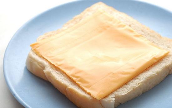 Đặt một lát phô mai lên mặt bánh mỳ