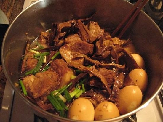 Thịt chín cho măng khô vào