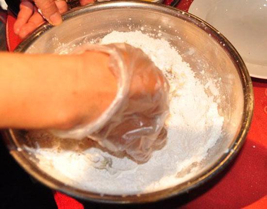 Lăn mực với bột năng