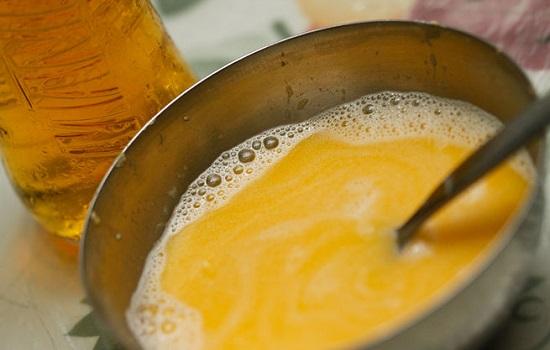 Thêm bơ tan chảy và bia vào bát lòng đỏ trứng gà đánh mạnh tay