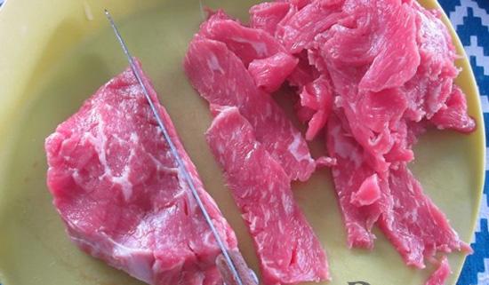 Thịt bò thái thành những miếng mỏng