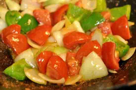 Phi thơm tỏi cho hành tây và ớt chuông vào xào
