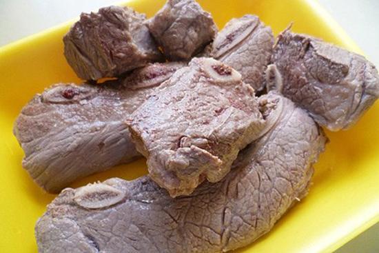 Thịt bò luộc sơ rồi vớt ra rửa sạch