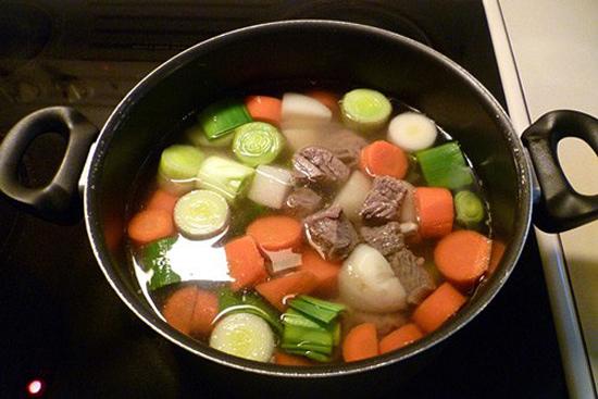 Thịt mềm cho các loại rau củ vào