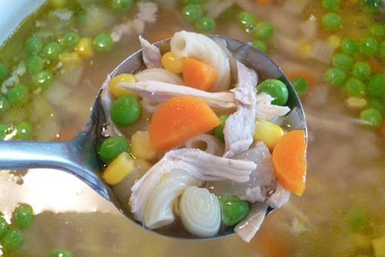 Múc súp nui gà ra bát cùng thưởng thức