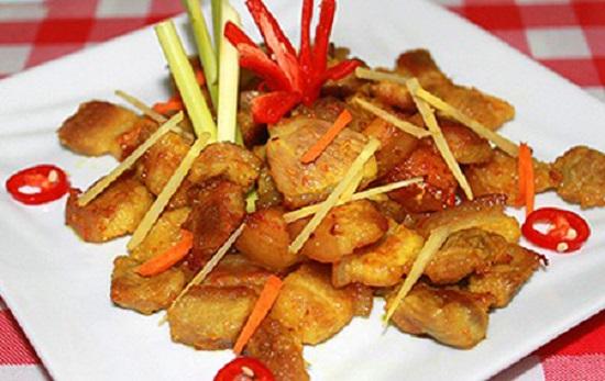 Bày món thịt ba chỉ kho riềng ra đĩa và thưởng thức