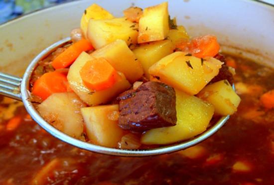 Thêm cà rốt, khoai tây vào nồi nấu thịt bò đun cho các nguyên liệu chín đều