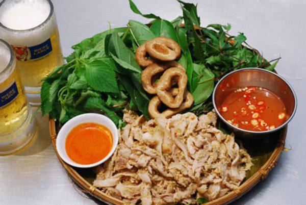 Thưởng thức món thịt lợn muối chua cùng rau rừng