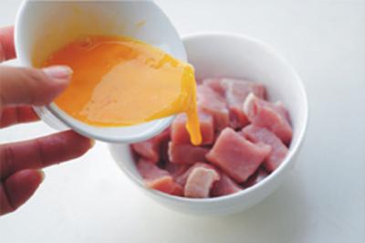 Cho trứng vào phần thịt vừa ướp rồi trộn đều