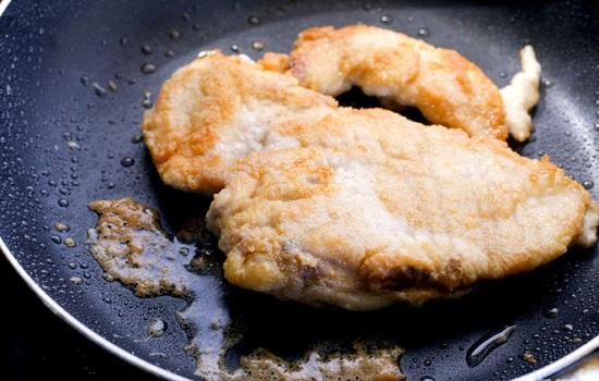 Chiên thịt gà vàng đều 2 mặt